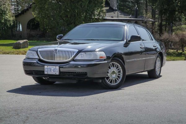 An image showing the exterior of the Lincoln Town Car Sedan